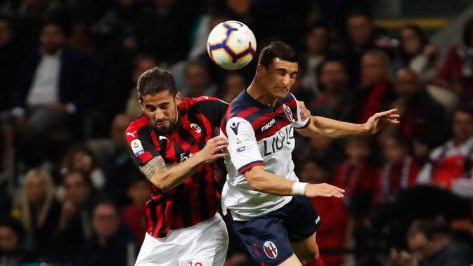 Duel udara bek AC Milan, Ricardo Rodriguez dengan pemain Bologna, Riccardo Orsolini dalam laga pekan ke-35 Liga Italia di San Siro, Senin (6/5/2019). AC Milan berhasil mengatasi Bologna 2-1 demi memelihara asa mereka mengamankan tiket ke Liga Champions musim depan. (AP/Antonio Calanni)
