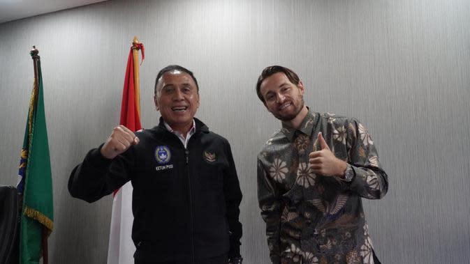 Ketua PSSI, Mochamad Iriawan bersama Marc Klok setelah naturalisasinya disetujui pemerintah. (PSSI).