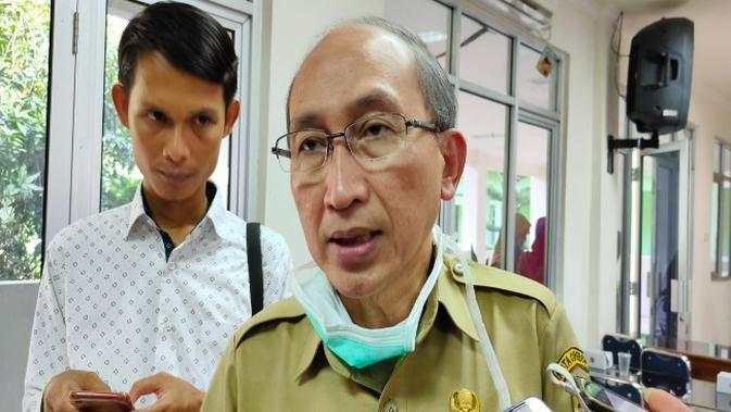 Direktur Rumah Sakit Daerah Gunung Jati Cirebon Ismail Jamaludin menyampaikan persediaan APD di rumah sakit hanya mampu bertahan hingga 15 hari kedepan. Foto (Liputan6.com / Panji Prayitno)