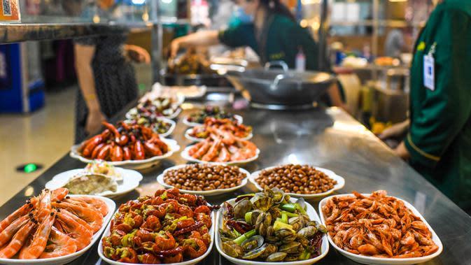 Foto yang diabadikan pada 16 Mei 2020 ini memperlihatkan beragam hidangan di sebuah pasar malam di Hotan, Daerah Otonom Uighur Xinjiang, China barat laut. Seiring cuaca mulai menghangat, aktivitas pariwisata lokal pun perlahan kembali pulih. (Xinhua/Wang Fei)
