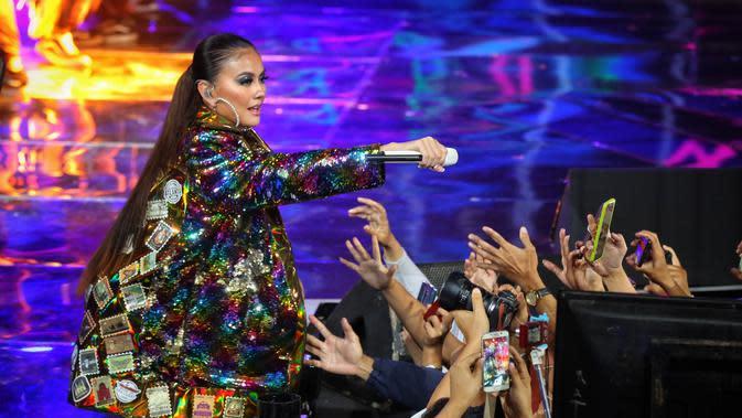 Penyanyii yang beberapa tahun belakangan ini merintis kariernya di dunia internasional itu ikut memeriahkan acara yang digelar di Jakarta Convention Center (JCC). Dalam ultah kali ini, Indosiar mengusung tema Konser Raya 25 Tahun Indosiar Luar Biasa. (Adrian Putra/Fimela.com)