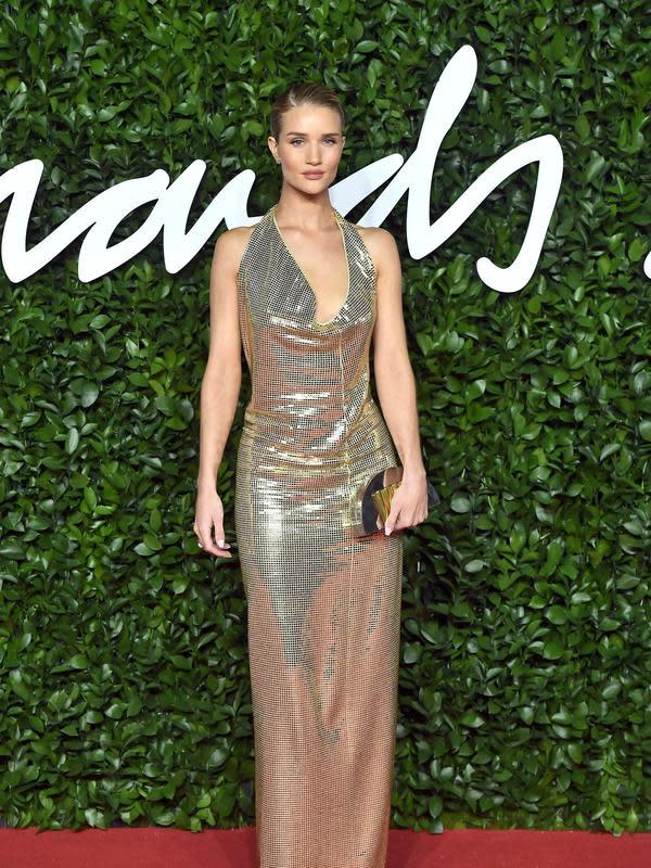 Rosie Huntington-Whiteley memakai koleksi Bottega Veneta di British Fashion Awards 2019