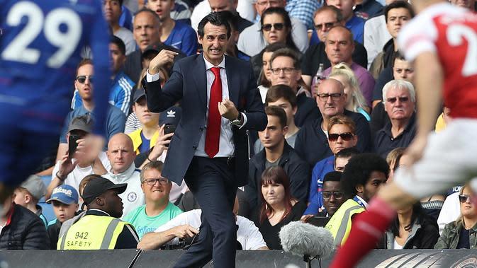 Manajer Arsenal Unai Emery memberi isyarat saat menyaksikan anak asuhnya bertanding melawan Chelsea dalam Liga Inggris di Stamford Bridge, London, Inggris, 18 Agustus 2018. Mantan pemain Arsenal Freddie Ljungberg ditugaskan untuk sementara menangani tim menggantikan Emery. (Daniel LEAL-OLIVAS/AFP)