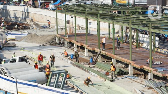 Pekerja menyelesaikan pembangunan proyek Underpass Senen Extension di Jakarta, Selasa (7/7/2020). Proyek yang menelan anggaran mencapai Rp 121,1 miliar dan ditargetkan selesai pada Desember 2020 tersebut diharapkan dapat mengurai kemacetan di kawasan tersebut. (Liputan6.com/Immanuel Antonius)