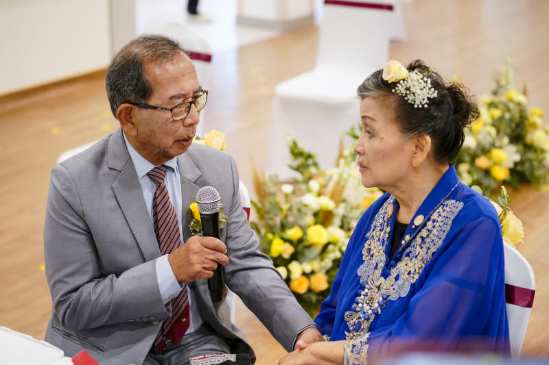 Tom Iljas, 81, and Liong May Swan, 78 exchanging vows at a clinic in Alexandra Hospital on Saturda, 28 March 2020. PHOTO: Kong Chong Yew