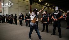 示威現場遭槍擊! 美警公佈員警中槍畫面