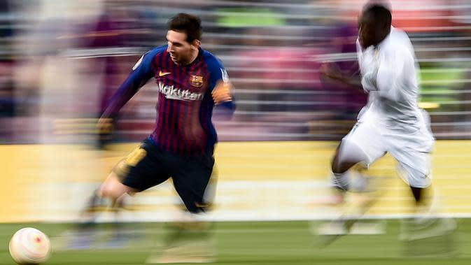 Striker Barcelona, Lionel Messi, menggiring bola saat melawan Getafe pada laga La Liga di Stadion Camp Nou, Minggu (12/5). Barcelona menang 2-0 atas Getafe. (AFP/Josep Lago)
