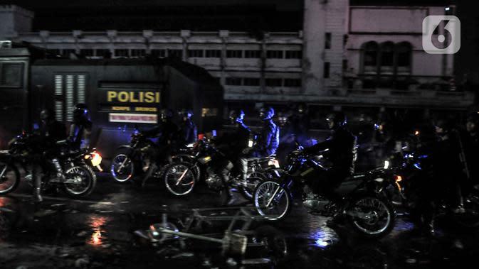 Aparat kepolisian berupaya membubarkan massa di kawasan Harmoni, Jakarta, Kamis (8/10/2020). Polisi berhasil membubarkan unjuk rasa ricuh yang dilakukan massa penolak UU Cipta Kerja dengan tembakan gas air mata dan watercanon. (merdeka.com/Iqbal S. Nugroho)