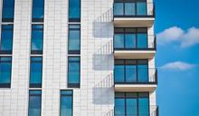 6歲童午覺睡醒找不到媽!「爬15樓窗戶墜落」慘死 鄰居聽巨響:以為惡作劇