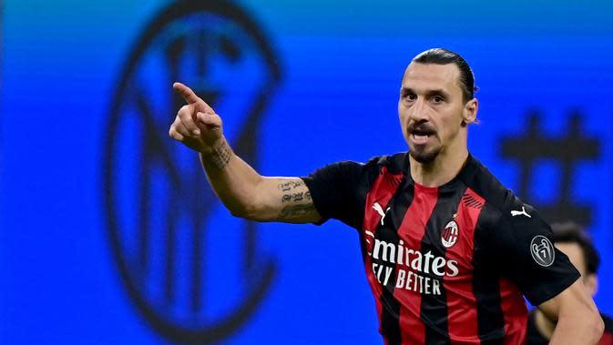 Penyerang AC Milan, Zlatan Ibrahimovic, merayakan gol yang dicetaknya ke gawan Inter Milan pada laga lanjutan Liga Italia di Stadion San Siro, Sabtu (17/10/2020) malam WIB. AC Milan menang 2-1 atas Inter Milan. (AFP/Miguel Medina)