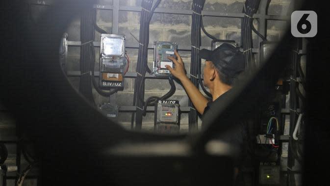 Petugas memeriksa meteran listrik di Rumah Susun Benhil, Jakarta, Kamis (28/11/2019). Pemerintah akan melakukan penyesuaian tarif listrik untuk golongan Rumah Tangga Mampu (RTM) 900 VA pada 1 Januari 2020, kenaikan tarif listrik tersebut diperkirakan mencapai Rp29.000. (Liputan6.com/Herman Zakharia)