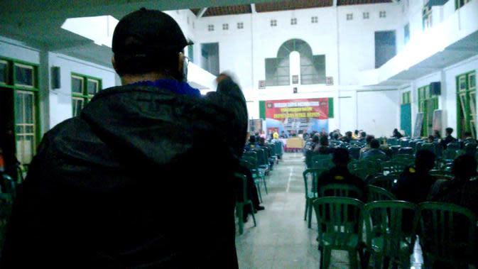 Pengukuhan calon bupati dan waki bupati Blora yang didukung Yayasan Surya Nuswantara ricuh. (Foto: Liputan6.com/Ahmad Adirin)