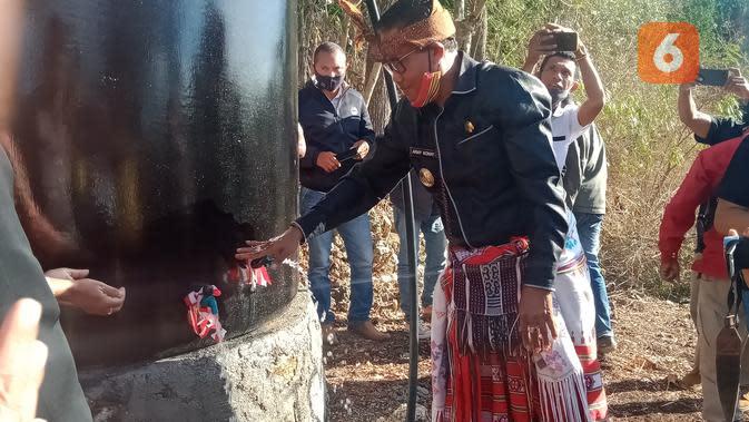 Foto: Wakil Bupati TTS, Johni Armi Konay, saat meresmikan sumur bor yang dibangun Yayasan Nekmese (Liputan6.com/Ola Keda)