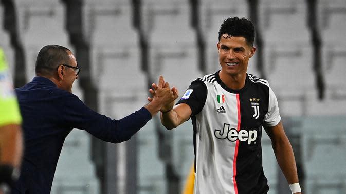Striker Juventus, Cristiano Ronaldo bersama Maurizio Sarri melakukan selebrasi usai mencetak gol ke gawang Lazio pada laga Serie A di Stadion Allianz, Turin, Senin (20/7/2020). Juventus menang 2-1 atas Lazio. (AFP/Isabella Bonotto)