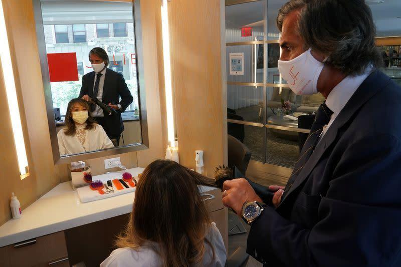 Saat New York dibuka kembali, salon rambut seharga $ 1.000 per potong memiliki daftar tunggu 1.200 orang