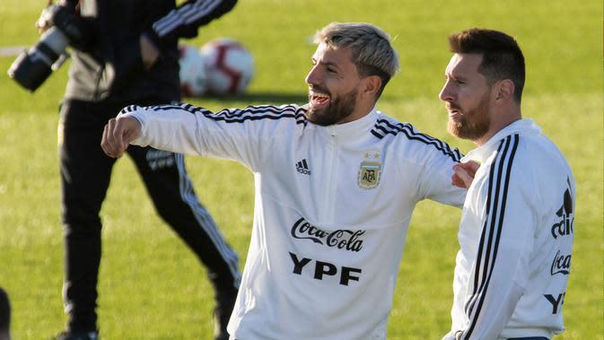 Penyerang Argentina, Lionel Messi berbincang dengan rekannya Sergio Aguero. Keduanya dikenal akrab. (AFP/Jaime Reina)