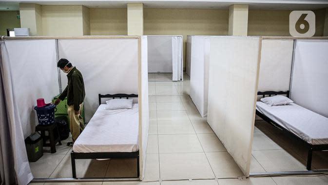 Petugas mengecek fasilitas ruang isolasi mandiri pasien COVID-19 di Gelanggang Remaja Kecamatan Pademangan, Jakarta, Senin (28/9/2020). Gelanggang ini menjadi tempat percontohan graha sehat mandiri pasien Covid-19 di DKI berdasarkan kajian dari Dewan Riset DKI Jakarta. (Liputan6.com/Faizal Fanani)