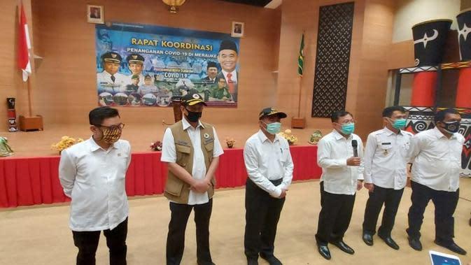 Kunjungan kerja Menteri Kesehatan Terawan Agus Putranto bersama Menko PMK Muhadjir Effendy dan Ketua Gugus Tugas Nasional Doni Monardo dalam koordinasi penanganan COVID-19 di RS Merau, Jayapura, Papua pada 8 Juli 2020. (Dok Kementerian Kesehatan RI)