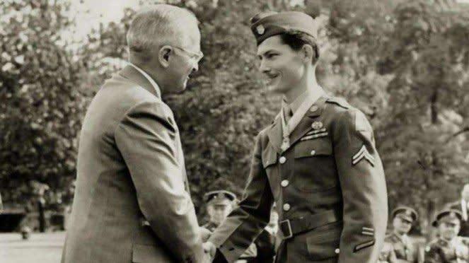 VIVA Militer: Desmond Doss bersama Presiden AS Harry S. Truman