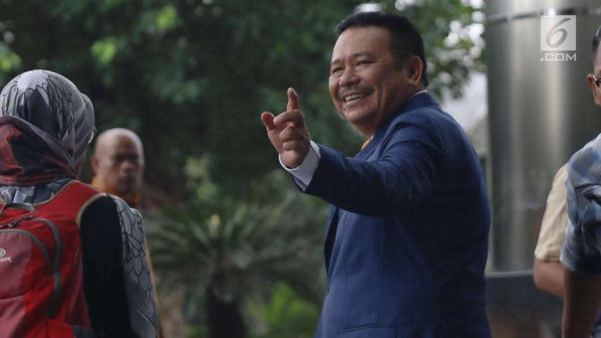 Pengacara Otto Hasibuan menyapa awak media usai mendatangi KPK, Jakarta, Jumat (8/12). Kedatangan Otto ke KPK untuk memberikan surat keterangan pengunduran dirinya sebagai kuasa hukum Setya Novanto. (Liputan6.com/Angga Yuniar)