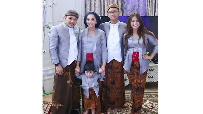 6 Momen Kompak Keluarga Anang Hermansyah Pakai Baju Seragam, Harmonis (sumber: Instagram.com/ananghijau)