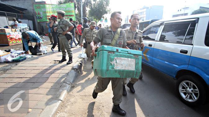 Petugas Satpol PP menertibkan Pedagang Kaki Lima (PKL) yang berjualan di kawasan Tanah Abang, Jakarta (6/11). Puluhan PKL kembali ditertibkan petugas karena dianggap berjualan di tepi jalan dan menimbulkan kesan kumuh. (Liputan6.com/Immanuel Antonius)