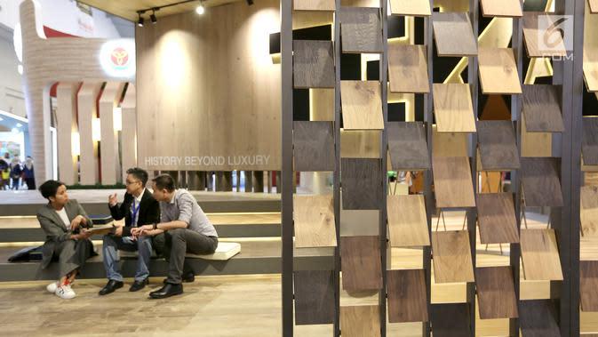 Dekorasi kayu TEKA dipajang pada pameran Indobuildtech 2019 di ICE BSD City, Tangerang, Banten (20/3). Pameran yang berlangsung hingga 24 Maret menghadirkan produk terobosan baru dalam pemasaran lantai kayu. (Liputan6.com/Angga Yuniar)
