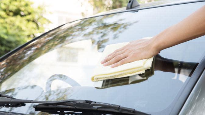 4 Bahan Rumahan Ini Bisa Hilangkan Jamur pada Kaca Mobil