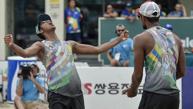Ashfiya (kiri) dan Ade Chandra bakal berusaha untuk merebut medali emas pada voli pantai putra di Asian Games 2018 (ANTARA FOTO/INASGOC/Muhammad Adimaja/Ful/18)