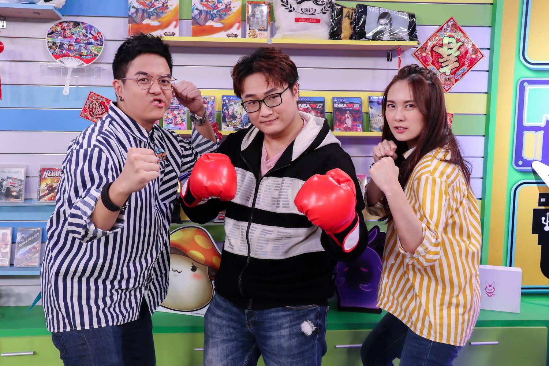 主持人6tan(左)、小葵(右)與YORO(中)在《電競老司機》除夕特別節目互動超鬧、超爆笑。圖:狼谷競技台/提供