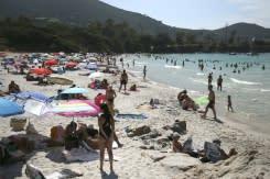 Menteri Prancis membela hak tanpa busana di pantai setelah peringatan polisi picu protes masyarakat