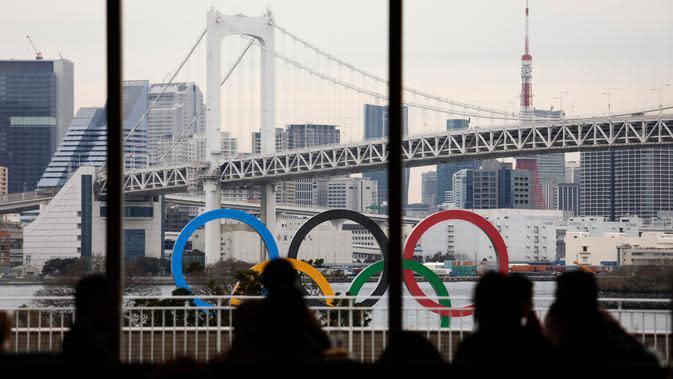Sejumlah orang makan di restoran hotel ketika kapal tongkang membawa Cincin Olimpiade di Distrik Odaiba, Tokyo, Jepang, Jumat (17/1/2020). Cincin Olimpiade dengan tinggi 15,3 meter dan panjang 32,6 meter tersebut akan berada di sana hingga Olimpiade 2020 berakhir. (AP Photo/Jae C. Hong)
