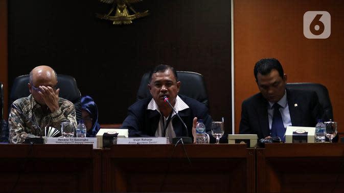 Analis senior bidang perasuransian Irvan Rahardjo (tengah) bersama Direktur Utama PT Asuransi Jiwasraya Hexana Tri Sasongko (kiri) saat menjadi pembicara pada acara diskusi Penyelesaian Gagal Bayar Jiwasraya di Kompleks Parlemen, Jakarta, Rabu (15/1/2020). (Liputan6.com/Johan Tallo)