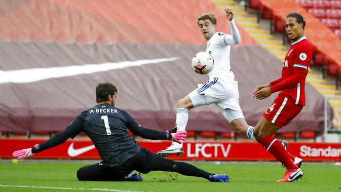 Pemain Leeds United, Patrick Bamford, mencetak gol ke gawang Liverpool pada laga Premier League di Stadion Anfield, Minggu (13/9/2020). Liverpool menang dengan skor 4-3. (Phil Noble, Pool via AP)