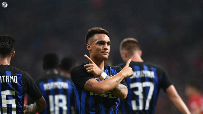 Striker Inter Milan, Lautaro Martinez, merayakan gol yang dicetaknya ke gawang Atletico Madrid di Stadion Wanda Metropolitano, Minggu (12/8/2018) dini hari WIB. (Twitter Inter Milan)