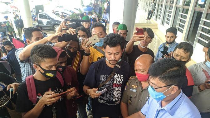 Mahasiswa Unima 'Sandera' Anggota DPRD Minahasa Saat Demo Tolak Omnibus Law