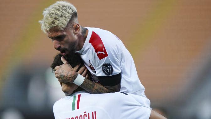 Pemain AC Milan, Samu Castillejo, melakukan selebrasi usai membobol gawang Lecce pada laga Serie A di Stadion Via del Mare, Senin (22/6/2020). AC Milan menang 4-1 atas Lecce. (Spada/LaPresse via AP)