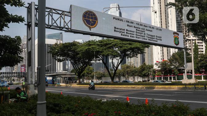 Pengendara motor melintas di Jalan Jenderal Sudirman saat hari pertama kebijakan ganjil-genap kendaraan di Jakarta, Senin (3/8/2020). Kebijakan ganjil-genap untuk membatasi mobilitas warga dan menghindari adanya penumpukan kendaraan di jalan raya pada masa PSBB transisi. (Liputan6.com/Johan Tallo)