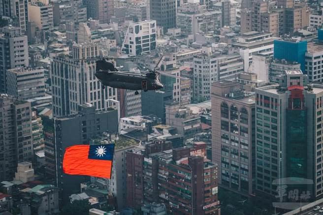 陸軍CH47-SD直升機2019年吊掛大幅國旗慶祝國家生日。圖為示意圖。(軍聞社提供)
