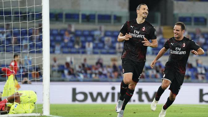 Pemain AC Milan Zlatan Ibrahimovic (kiri) merayakan dengan Giacomo Bonaventura usai mencetak gol ke gawang Lazio pada pertandingan Serie A di Olympic Stadium, Roma, Italia, Sabtu (4/7/2020) (Spada/LaPresse via AP)
