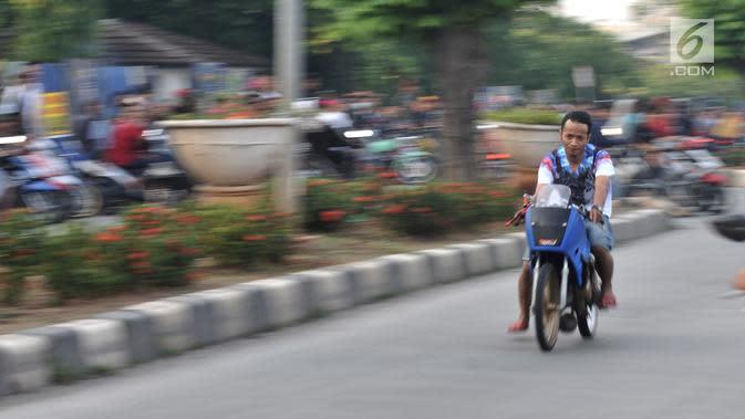 Seorang pembalap memacu motornya saat ikut dalam balapan liar di Jakarta, Minggu (27/5) pagi. Mereka memanfaatkan sepinya arus lalu lintas kendaraan untuk balapan liar. (Merdeka.com/Iqbal S Nugroho)