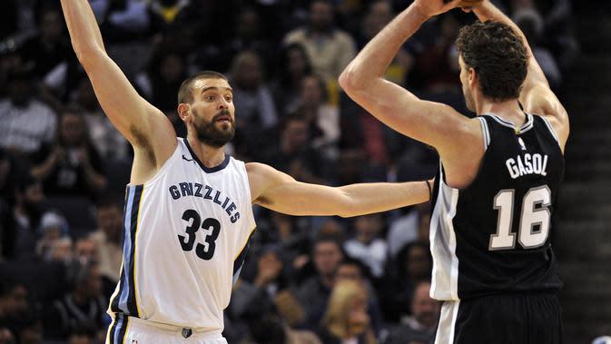 Center Memphis Grizzlies Marc Gasol (kiri) menghalangi saudaranya, Pau Gasol yang membela San Antonio Spurs pada lanjutan NBA 2017-2018 di FedExForum, Sabtu (1/12/2017) atau Minggu (2/12/2017) WIB. (AP Photo/Brandon Dill)