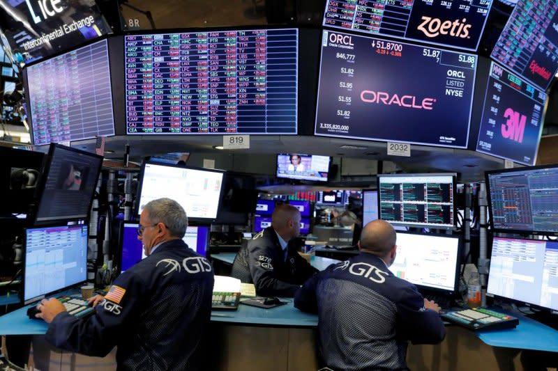 Wall Street dibuka menguat di tengah data baru ekonomi AS