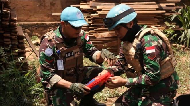 VIVA Militer: Tim Satgas Kizi TNI di Afrika Amankan Sebuah Mortir