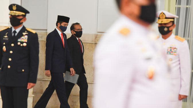 Presiden Joko Widodo (kedua kiri) didampingi Menteri Sekretaris Negara Pratikno (ketiga kiri) bersiap memimpin upacara pelantikan Kepala Staf Angkatan Laut (KSAL) dan Kepala Staf Angkatan Udara (KSAU) di Istana Negara, Jakarta, Rabu (20/5/2020). (ANTARA FOTO/Hafidz Mubarak A/POOL)