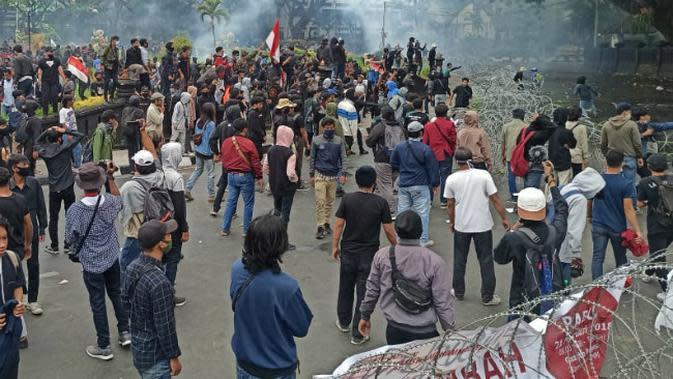 Ratusan massa aksi Malang Melawan menolak Omnibus Law di Bundaran Tugu Malang. Pagar kawat berduri dipasang polisi demi melindungi gedung DPRD Kota Malang dan Balai Kota Malang