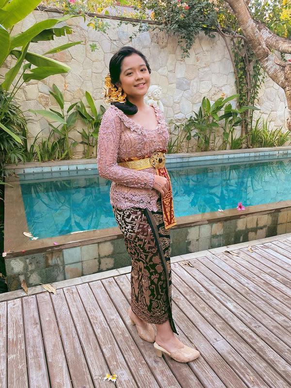 Kalau yang satu ini adalah Cinta Kuya. Pesulap cilik yang kini sudah remaja cantik banget berbalut busana tradisional Bali. Kebaya pink, belt dan hiasan kepala emas merupakan paduan yang cocok untuk Cinta. (Instagram/astridkuya)