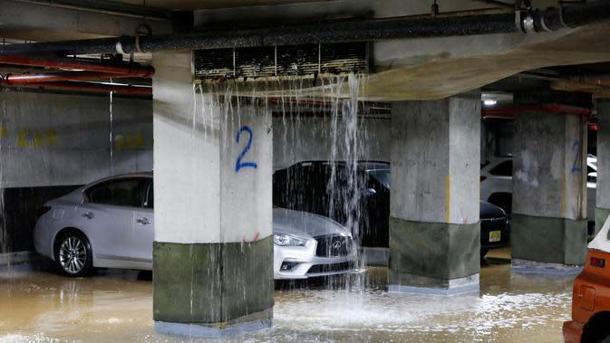 Air bocor ke tempat parkir bawah tanah di New York, Amerika Serikat, Senin (13/1/2020). Banjir diakibatkan rusaknya saluran air utama yang berdiameter tiga kaki. (AP Photo/Richard Drew)
