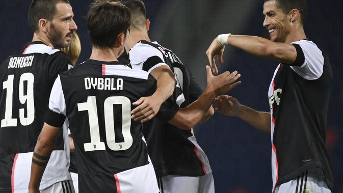 Striker Juventus Paulo Dybala bersama rekan setimnya merayakan gol ke gawang Bologna pada pekan ke-27 Liga Italia. Juventus menang 2-0 di Stadion Renato Dall'Ara, Selasa (23/6/2020) dini hari WIB. (Massimo Paolone / LaPresse via AP)
