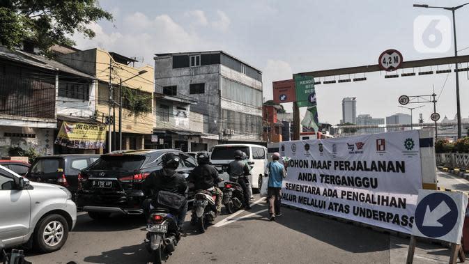 Kendaraan terjebak macet akibat penutupan Underpass Senen, Jakarta, Rabu (1/7/2020). Penutupan underpass tersebut menyebabkan kemacetan panjang karena jalan menyempit ditambah adanya perlintasan kereta api. (merdeka.com/Iqbal S. Nugroho)